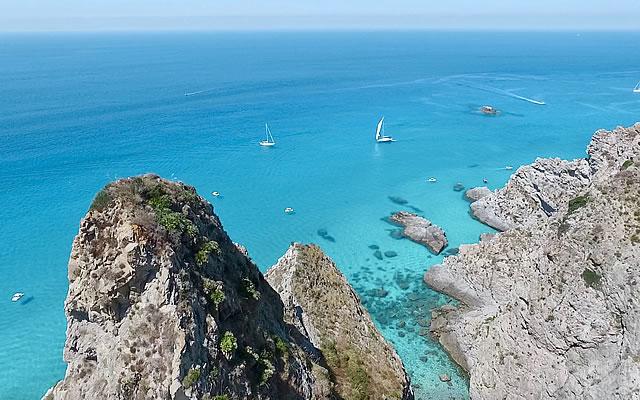 Stupendi sono i luoghi da visitare in barca, lungo la costa che va da Tropea a Capo Vaticano