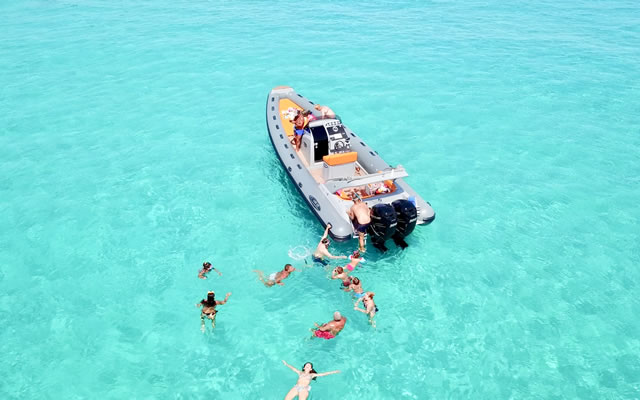 Noleggio barca e gommoni per trascorrere una giornata nel mare cristallino di Tropea
